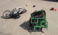 Va chạm xe tải cẩu, người đàn ông bị máy công nghiệp đè lên người