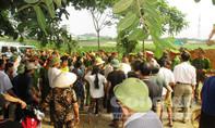 Phản đối phá đường dân sinh: Dân lấy người chèn bánh xe tải, ôm máy múc