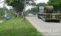 Một chiếc xe ô tô bị container húc văng tại đại lộ Nguyễn Văn Linh