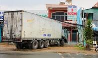 Một xe tải kéo gãy trụ điện