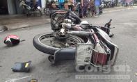 Vượt trái, taxi tông trực diện xe máy, 1 người nguy kịch