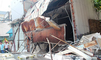 Xe rác tông sập 3 căn nhà ở Sài Gòn