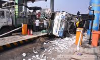 Hiện trường xe tải húc văng cabin trạm thu phí Chợ Đệm
