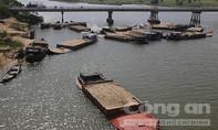"""Bắt 15 ghe chở cát lậu chuyên """"xẻ thịt"""" sông Thu Bồn"""