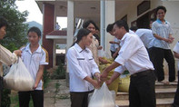 Học sinh đặc biệt khó khăn được hỗ trợ gạo