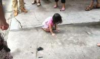 Bé gái 2 tuổi rơi từ tầng 5, lồm cồm bò dậy khóc gọi mẹ