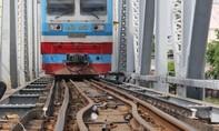Sà lan tông lệch cầu Bình Lợi, đường sắt Bắc Nam tê liệt