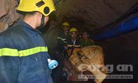 Đang đưa công nhân mắc kẹt trong hầm sâu ở Hòa Bình ra ngoài