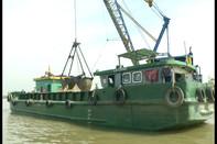 Bộ đội Biên phòng TP.HCM đột kích bắt 5 xà lan khai thác cát trái phép