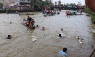 Người dân hào hứng lao xuống sông bắt vịt sau cuộc đua thuyền