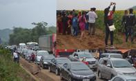 Nghệ An: Tắc đường nghiêm trọng vì hàng ngàn người đổ về cánh đồng hoa hướng dương