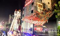 Nhiều bảng hiệu bị gió xé toạc, nằm lủng lẳng trên dây điện