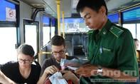 Thanh niên xung phong bán vé xe buýt ở tuyến 152