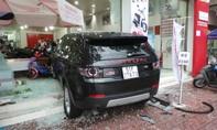 """""""Xế hộp"""" tông liên hoàn tại vòng xoay Dân Chủ, 1 xe máy cháy rụi, 3 người bị thương"""