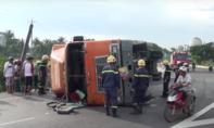Container lật ngang đường, xe cứu hoả ứng cứu