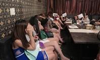 Tiếp viên karaoke ăn mặc mát mẻ phục vụ khách nước ngoài giữa trung tâm Sài Gòn