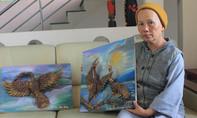 Người đàn bà lặng lẽ nhặt quả thông khô làm nên những tác phẩm nghệ thuật