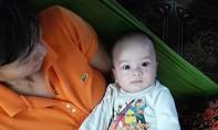 Người dân phát hiện bé trai dưới 2 tháng tuổi bị bỏ rơi