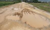 Nghệ An: Xe tránh trạm thu phí khiến đường nát như…tương