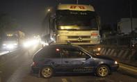 Xe tải đẩy ô tô hàng chục mét trên quốc lộ, tài xế thoát chết