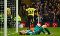 Thủ môn của Liverpool lóng ngóng dâng bàn thắng cho đối thủ