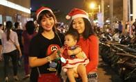 Sài Gòn muôn màu với 'biển' người đổ ra đường đón Giáng sinh