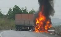 Xe container bốc cháy, hai người tử vong