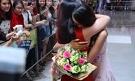 Hoa hậu Phạm Hương òa khóc khi nhìn thấy mẹ ở sân bay