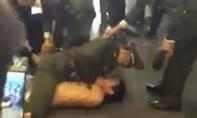 Người đàn ông cởi trần giữa trời lạnh nhảy múa, gây náo loạn sân bay Nội Bài