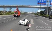Vượt đèn đỏ xe máy bị xe sửa chữa điện tông trúng