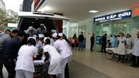 Hàng trăm xe cấp cứu, xe tải đưa hơn 2000 công nhân đi cấp cứu sau bữa ăn trưa