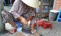 Cụ bà 80 tuổi làm nghề ép giấy bằng bàn ủi than cuối cùng ở Biên Hòa