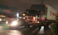 Container và xe ôtô dính nhau trên xa lộ Hà Nội