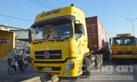 Container đâm dải phân cách, QL1 ùn ứ nghiêm trọng