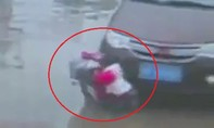 Rẽ xe không quan sát, ô tô cuốn hai em bé vào gầm