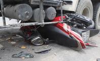 Xe bồn cuốn xe máy gầm, 2 người thoát chết