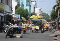 Họp chợ ngay giữa đường