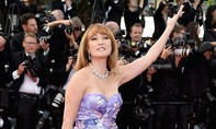 Nữ diễn viên 62 tuổi vẫn sexy trên thảm đỏ Cannes