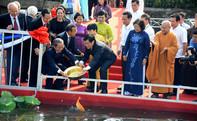 Chủ tịch nước cùng các kiều bào dâng hương tưởng niệm và thả cá chép