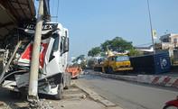 Xe container tông gãy trụ điện trên quốc lộ 22