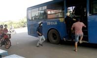 Clip: Xe buýt, xe khách ngang nhiên đón khách dưới gầm cầu