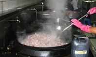 Phát hiện một bếp ăn tập thể không đảm bảo vệ sinh môi trường