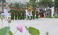 Hàng ngàn người dâng hoa tại Tượng đài Bác Hồ
