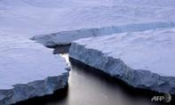 Nam Cực tan băng chóng mặt