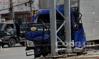 Xe tải húc xe máy, găm đầu vào trụ đèn trên đại lộ Võ Văn Kiệt