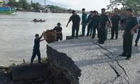 Cả đoạn đường sạt lở kéo theo ba căn nhà chìm xuống sông