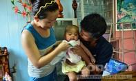 Bé gái bị bỏ rơi ở rẫy cà phê trong tình thương yêu của cha mẹ nuôi