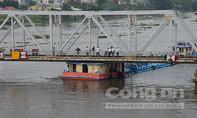 Phong tỏa cầu Bình Lợi vì sà lan kẹt dưới gầm cầu