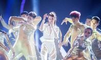 """Đông Nhi """"quậy"""" trên sân khấu Vietnam Idol"""