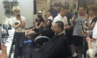 Tuấn Hưng cạo trọc tóc cổ vũ đội tuyển Việt Nam